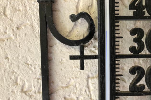 Heiße hohe Temperatur auf dem Thermometer