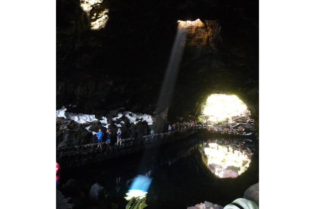 Mysteriöses Licht in einer Höhle